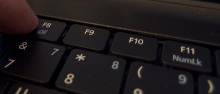 Vkljuchaem-kompjuter-i-bystro-nazhimaem-klavishu-F8-.jpeg