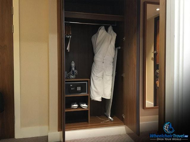 2017-12-25_hotel-room-safe-3.jpg